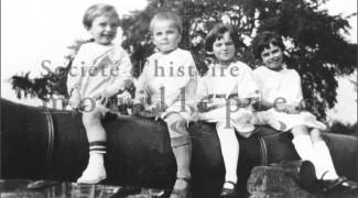 Children of the Girouard's family proudly showing off on one of our cannons (Source : famille Girouard)